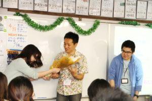 会員の神田さんへは感謝の花束が送られました。